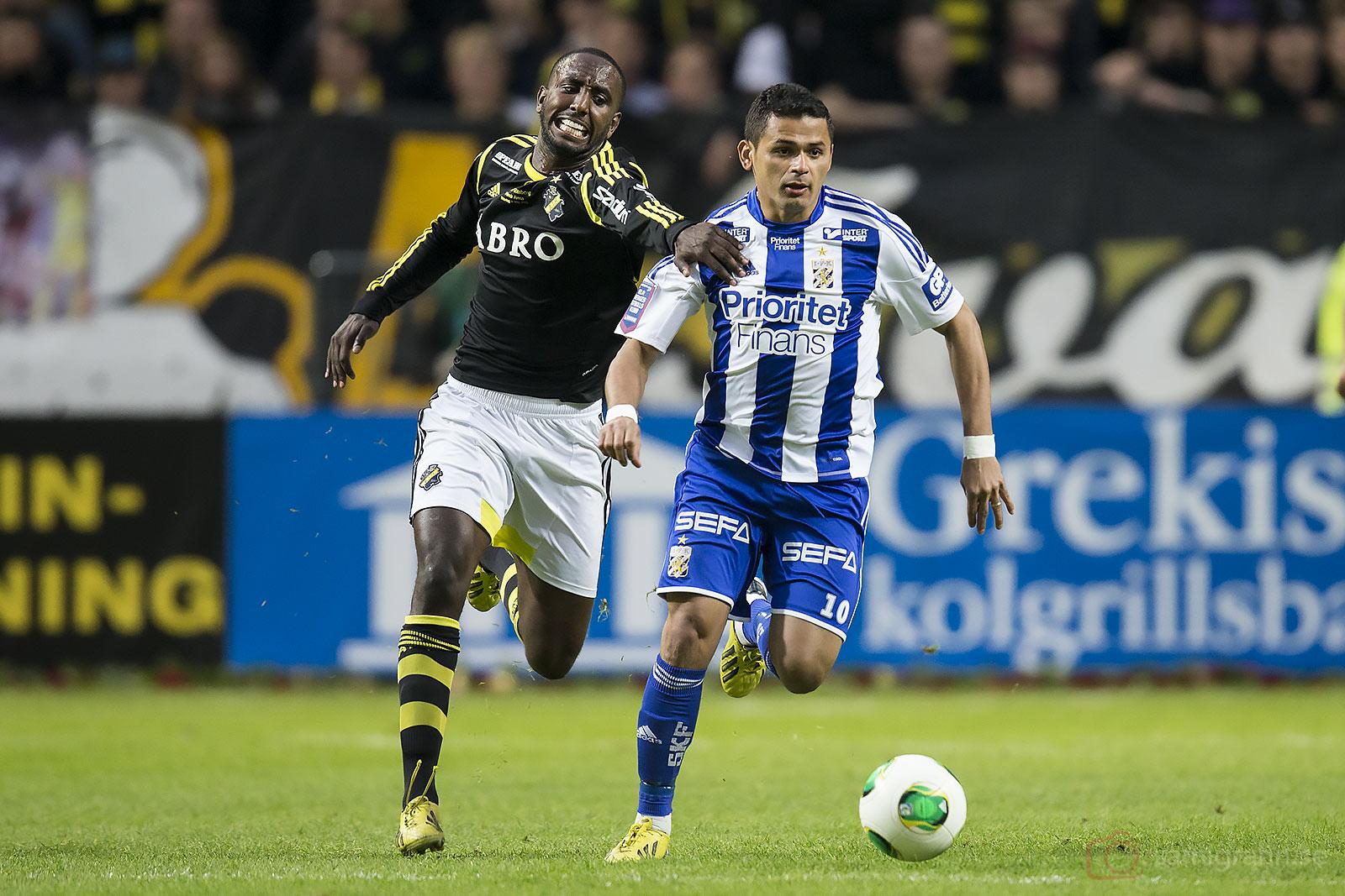 AIK Henok Goitom försöker stoppa IFK Göteborg Daniel Sobralense
