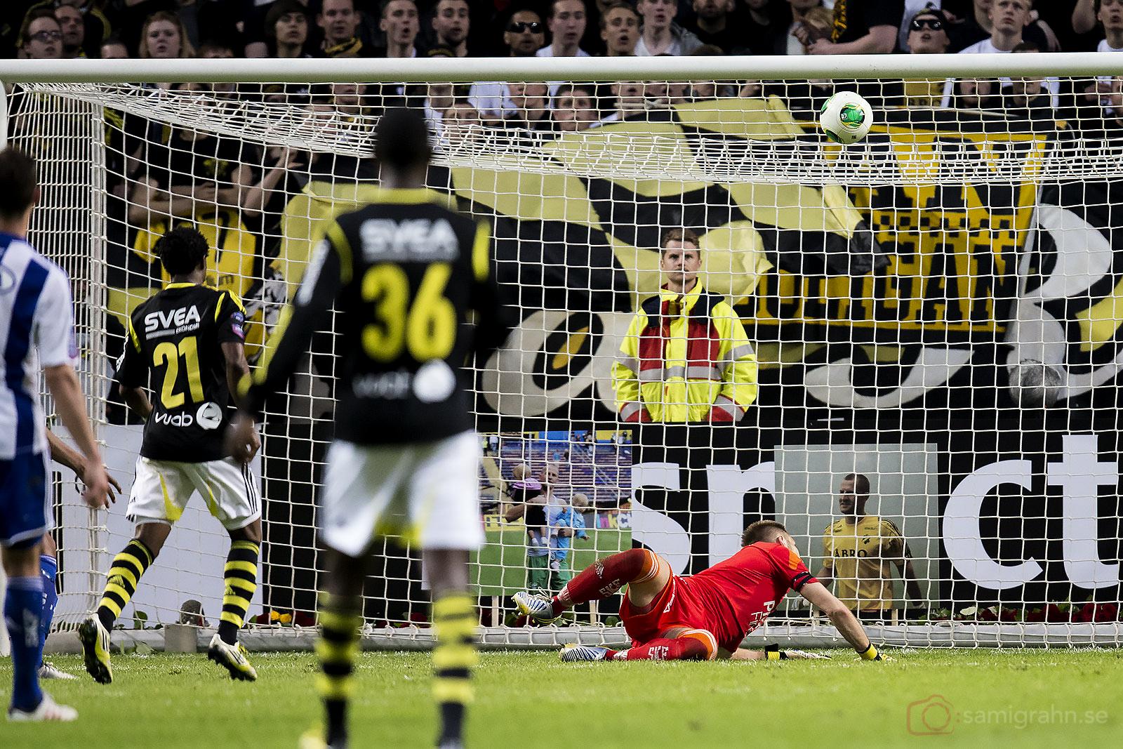 AIK Kennedy Igboananike och Henok Goitom ser på när bollen går i mål av Martin Mutumba bakom IFK Göteborg målvakt John Alvbåge