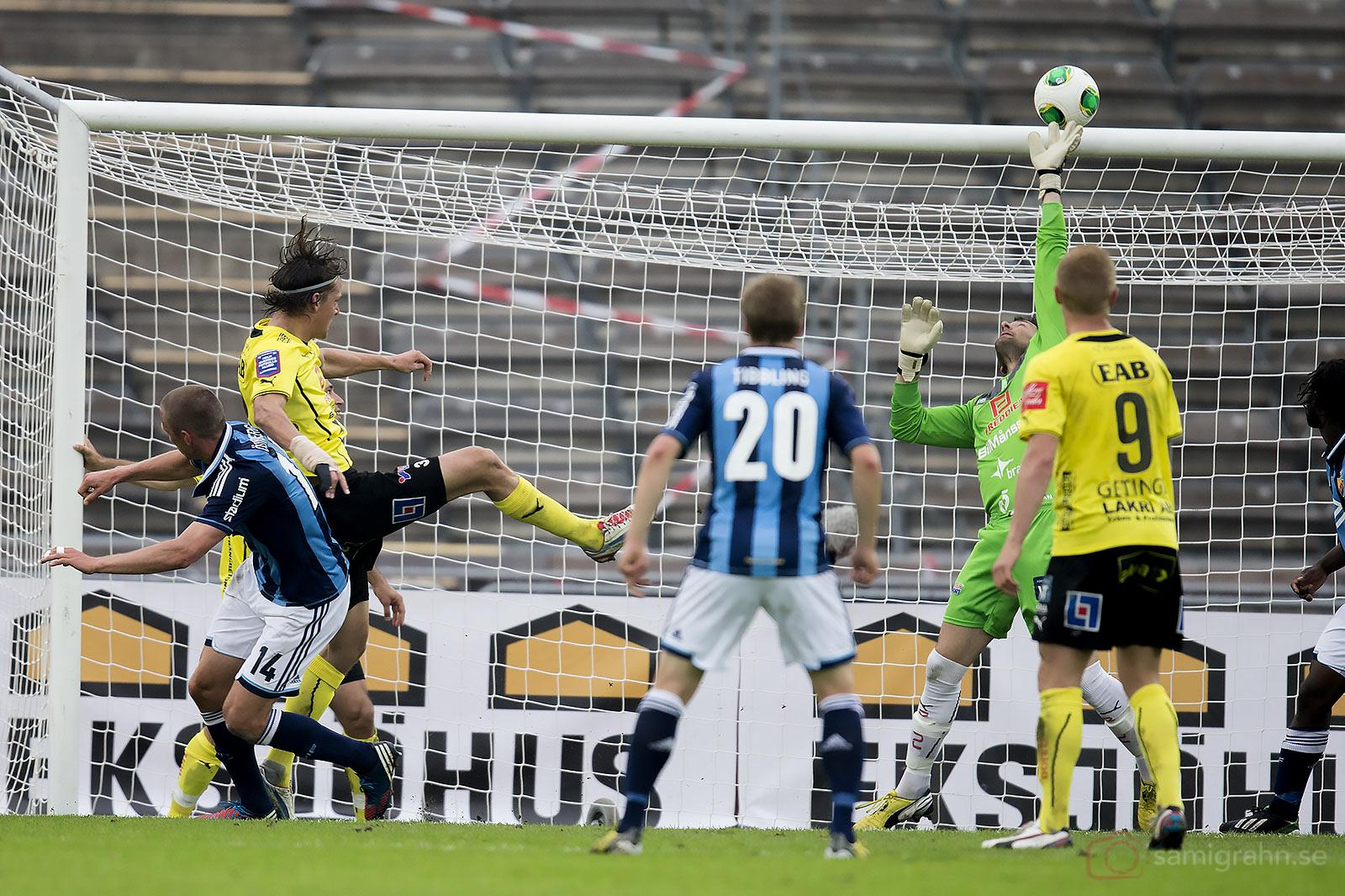 Halmstad målvakt Stojan Lukic tippar ut bollen