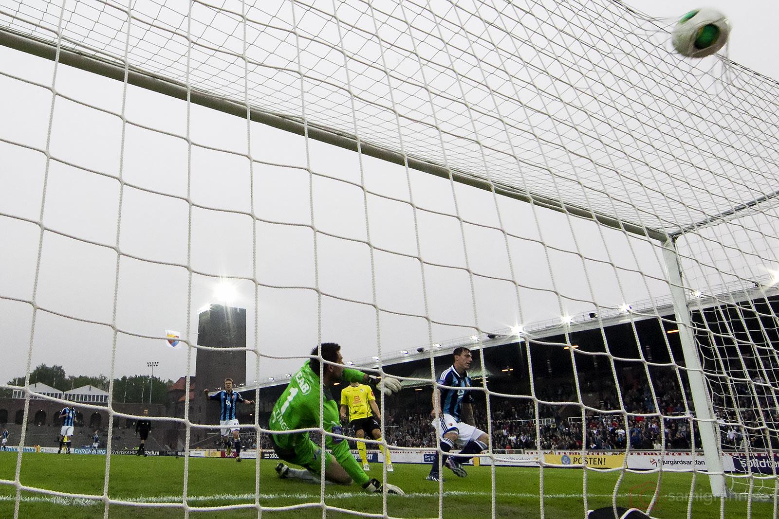 Mål av Djurgården Erton Fejzullahu bakom Halmstad målvakt Stojan Lukic