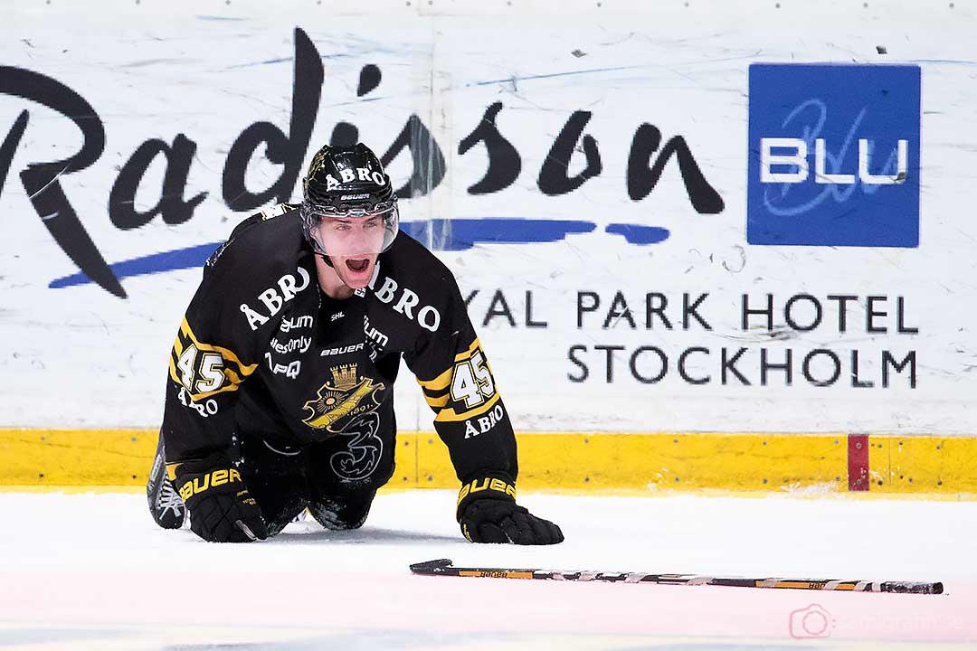 AIK Oscar Steen skriker ut sin smärta