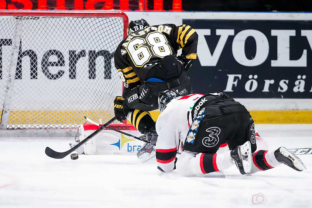 AIK 68 Victor Ahlström missar öppet mål, förföljd av Malmö Johan Björk
