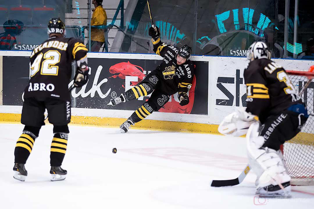 AIK Michael Nylander och målvakt Daniel Larsson ser på när Derek Joslin faller på egen hand