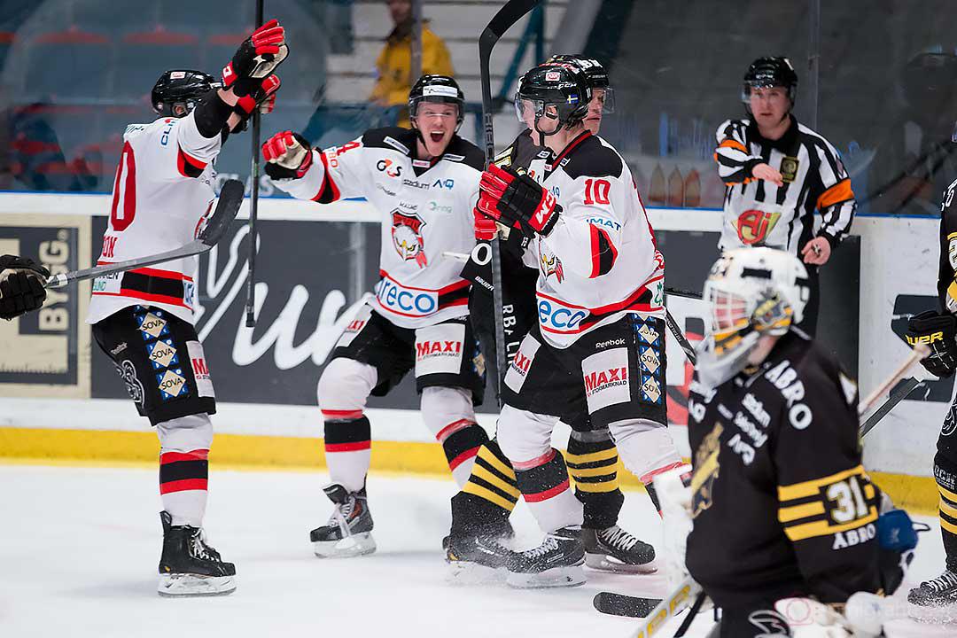 Jubel efter mål av Malmö Robin Alvarez, gratuleras av Mattias Persson, Brian Ihnacak