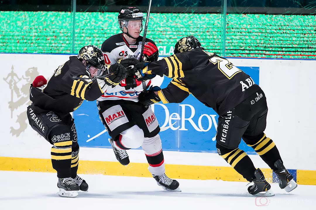 AIK Christian Sandberg och Jonas Liwing stoppar Malmö Robin Alvarez