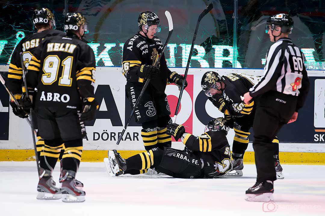 Jubel efter mål av AIK Christian Sandberg (liggande), gratuleras av Daniel Josefsson, Björn Melin, Mattias Janmark Nylén, Oscar Steen
