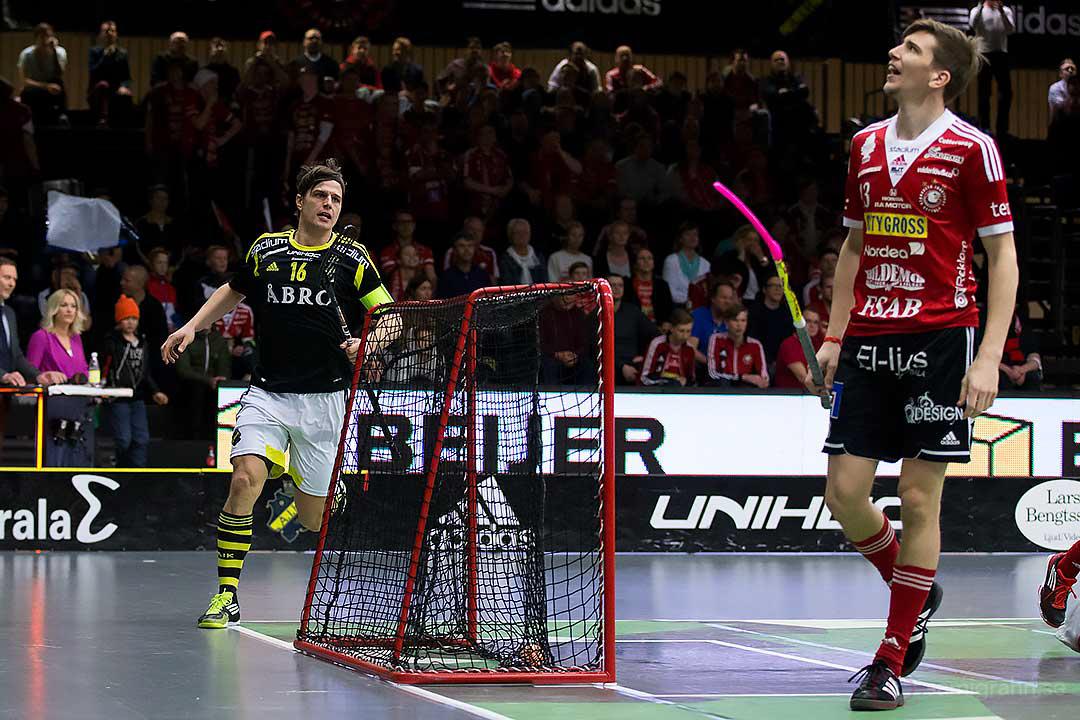AIK Karl-Johan Iraeus jublar medan Storvreta Mattias Samuelsson deppar efter mål av AIK Kim Nilsson (ej i bild)