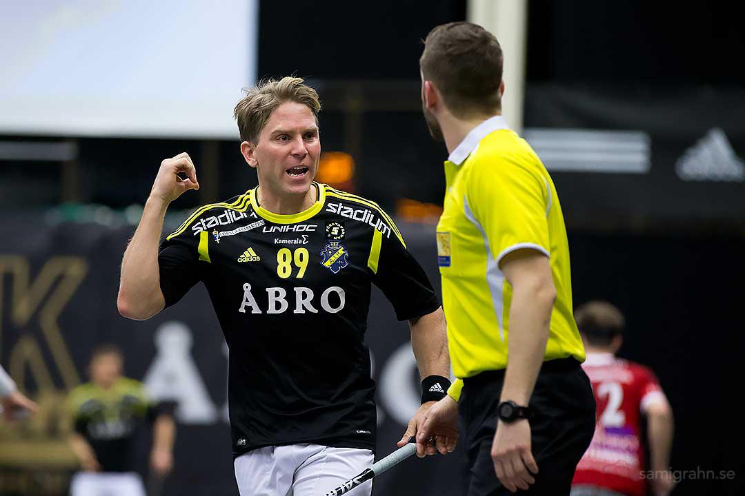 AIK Henrik Lorendahl diskuterar med domaren