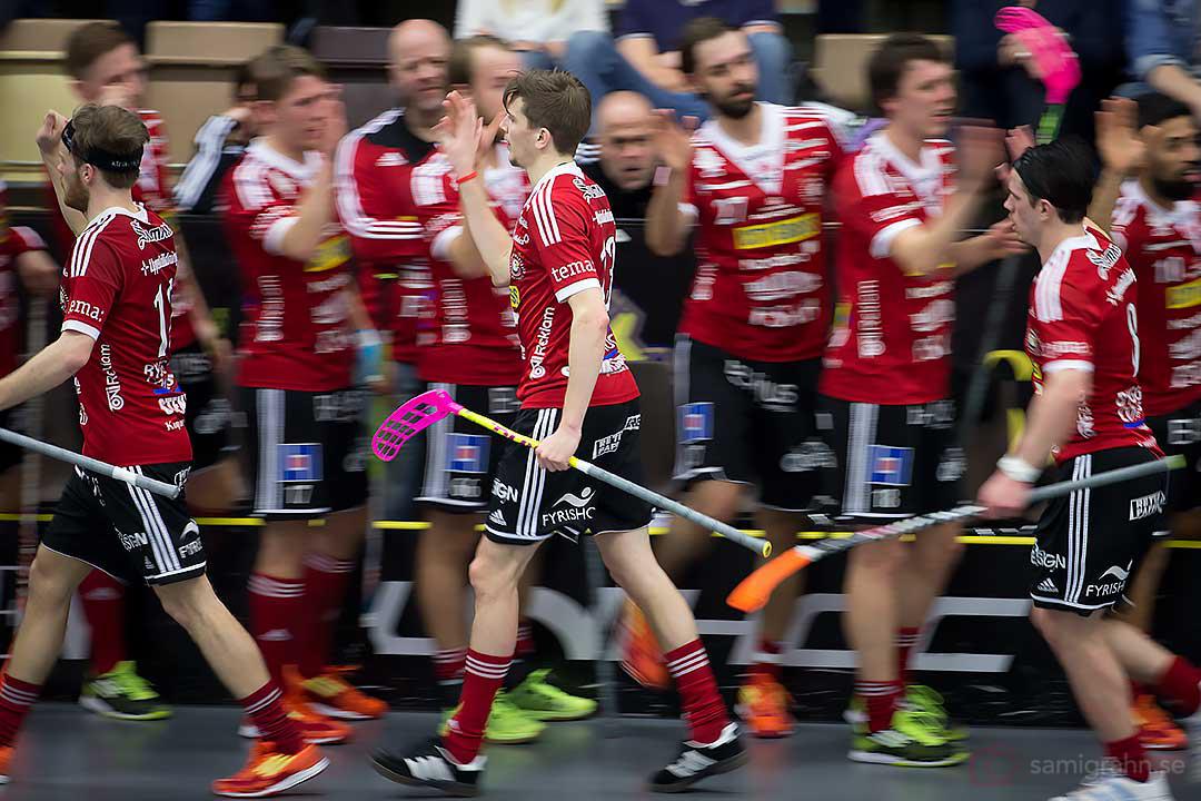 Målskytt Storvreta Mattias Samuelsson gratuleras av lagkamrater