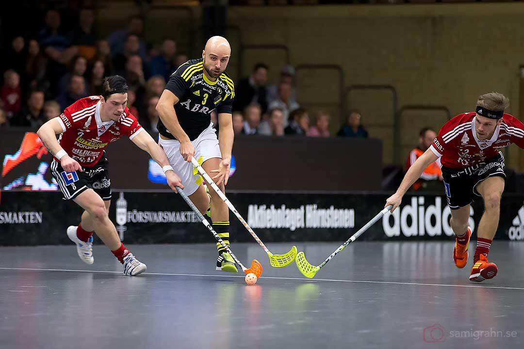 AIK Alexander Egebrant flankeras av Storvreta Gustaf Bäckström och Henrik Stenberg