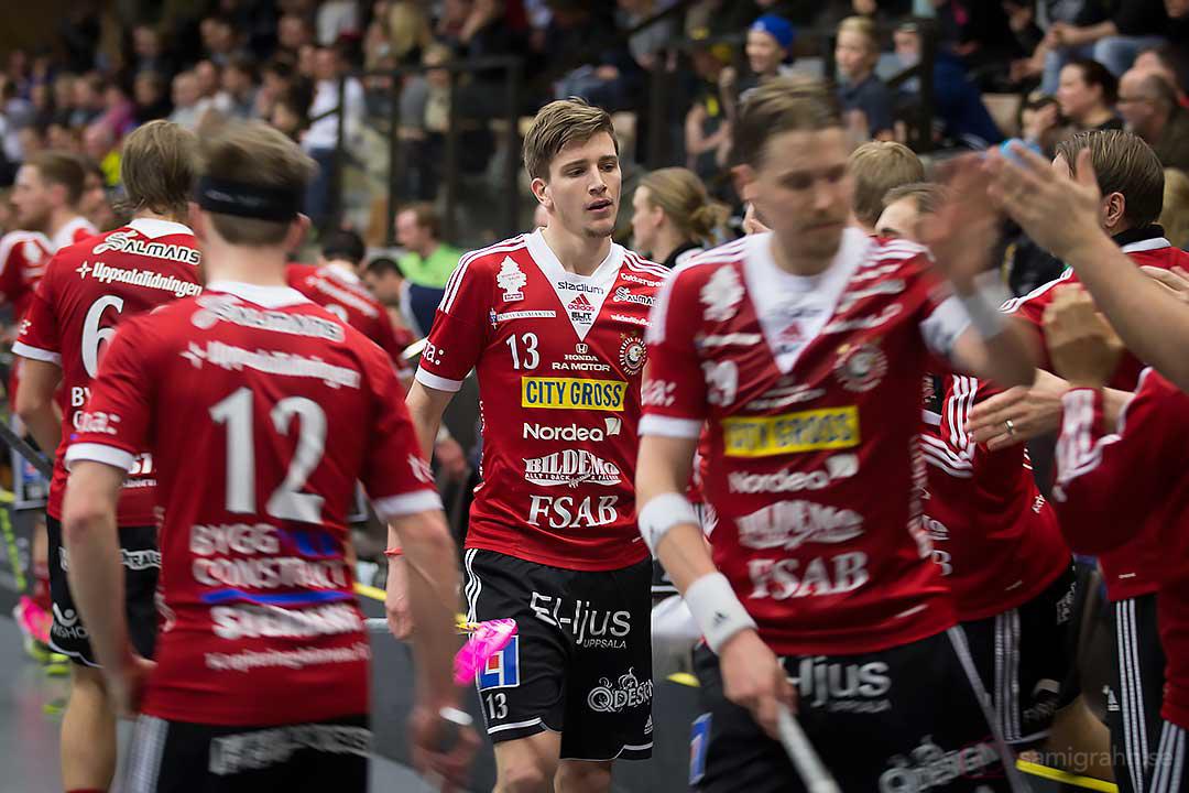 Målskytten Storvreta Mattias Samuelsson gratuleras av lagkamrater