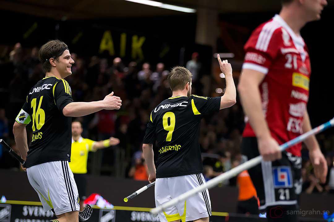 Kvitteringsmål av AIK Patrik Hagberg gratuleras av Karl-Johan Iraeus
