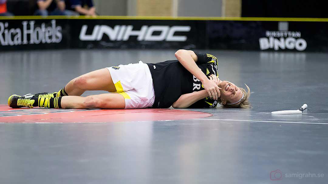 AIK Kim Nilsson vrider sig av smärta