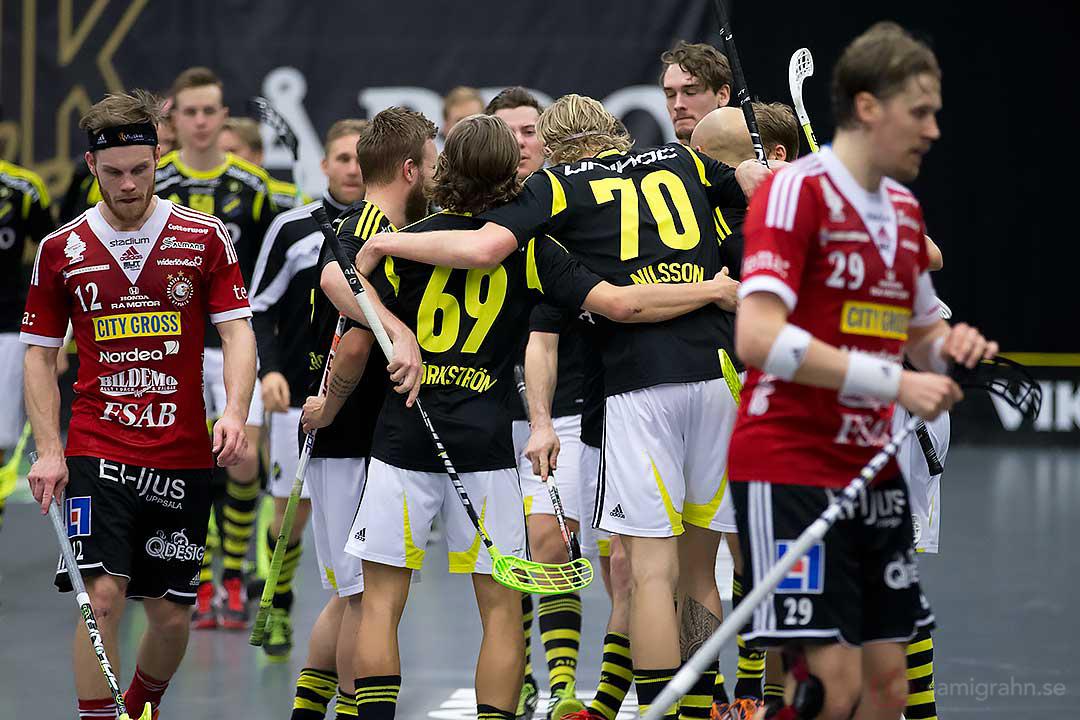 Målskytten AIK Kim Nilsson gratuleras av Kevin Björkström, medan Storvreta Henrik Stenberg och Mika Kohonen deppar
