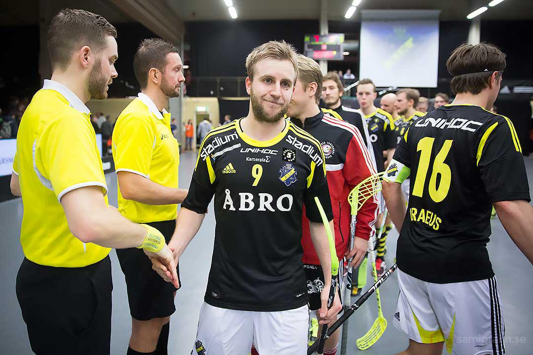AIK Patrik Hagberg tackar domarna för matchen efter Karl-Johan Iraeus (längst till höger i bild)