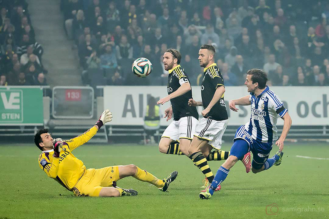AIK målvakt Kyriakos Stamatopoulos räddar skott från IFK Göteborg Lasse Vibe