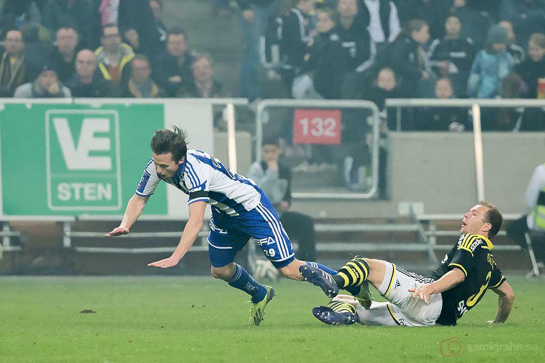 AIK Per Karlsson sätter krokben för IFK Göteborg Lasse Vibe och blir utvisad