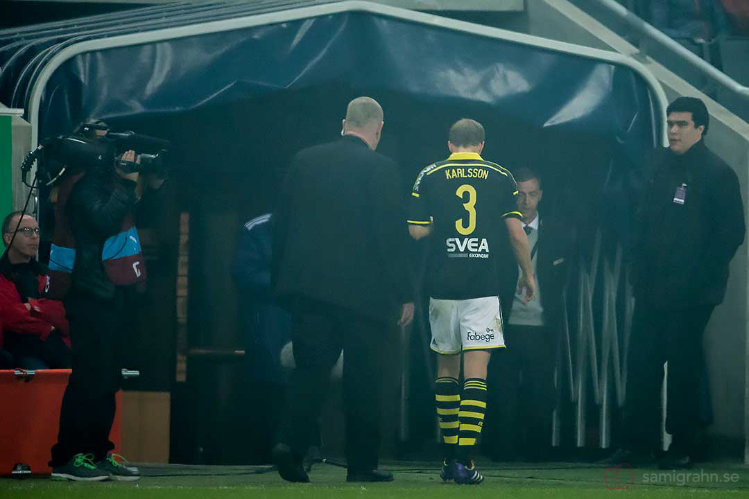 AIK Per Karlsson lämnar arenan