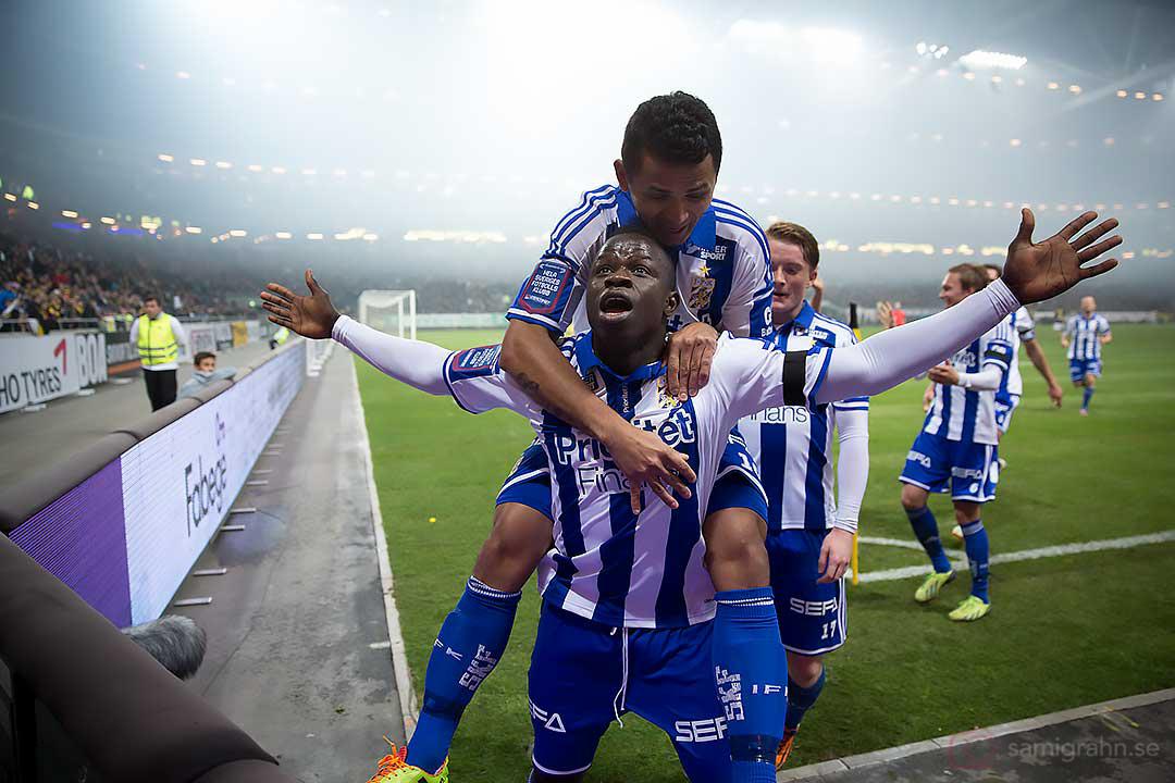 Målskytten IFK Göteborg Malick Mané gratuleras av Daniel Sobralense