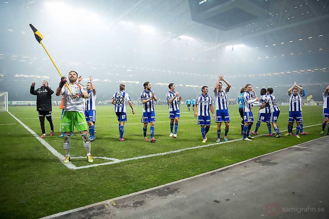 IFK Göteborg målvakt John Alvbåge viftar med hörnflaggan