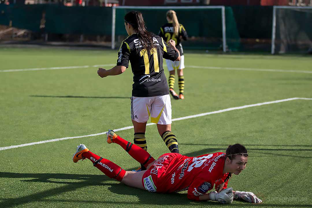 AIK Jessy Sharro och Sirius målvakt Lina Lundqvist