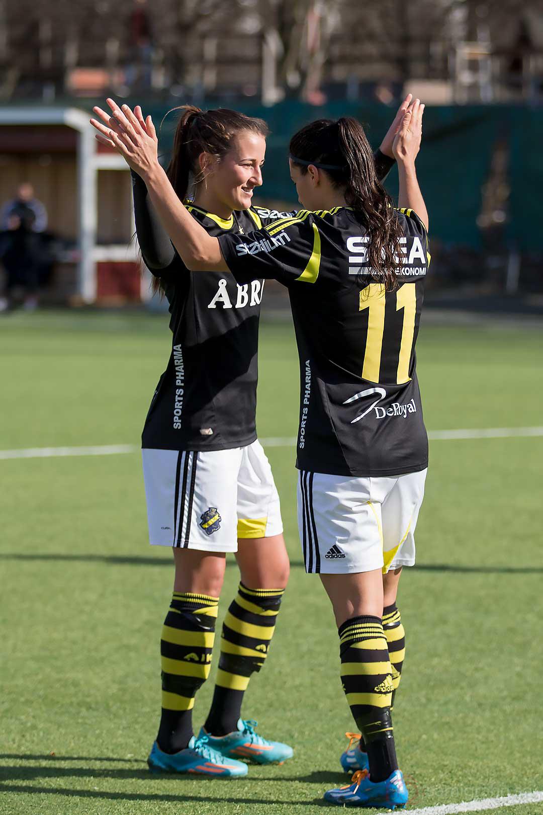 AIK Daniella Novaković gratulerar tvåmålsskytten Jessy Sharro