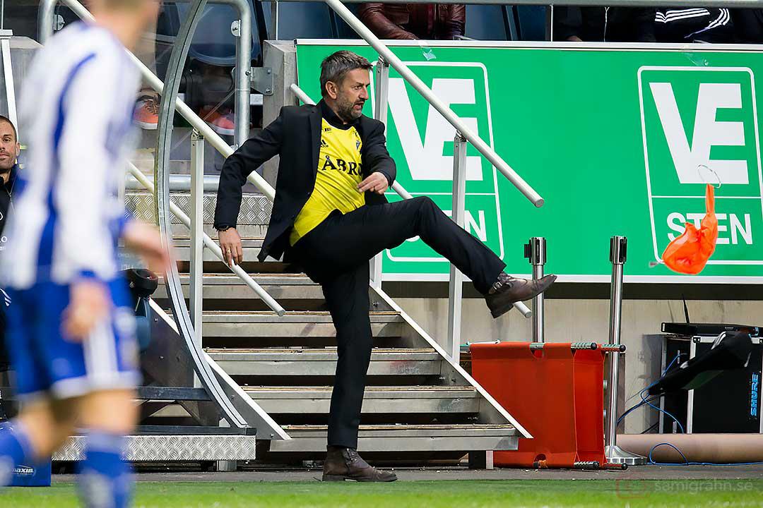 AIK assisterande tränare Nebojsa Novakovic sparkar en tröja av ilska