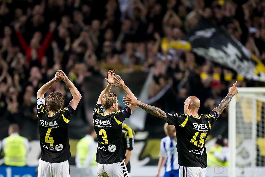 Tre fjärdedelar av AIK:s backlinje tackar klacken för stödet efter segern
