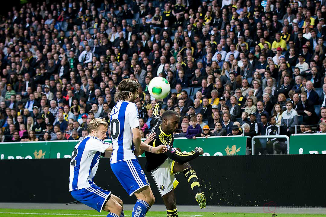 AIK Henok Goitom slår ett inlägg förbi IFK Göteborg Adam Johansson och Mattias Bjärsmyr