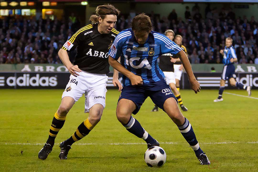 AIK Nils-Eric Johansson och DIF Mikael Dahlberg i kamp om bollen