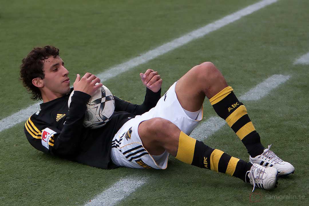 AIK Jorge Ortiz gör situps med boll