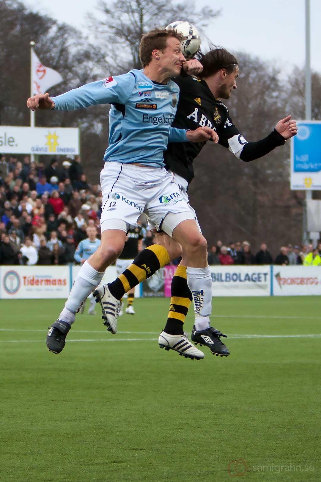 Gefle Daniel Bernhardsson i nickduell med AIK Mats Rubarth