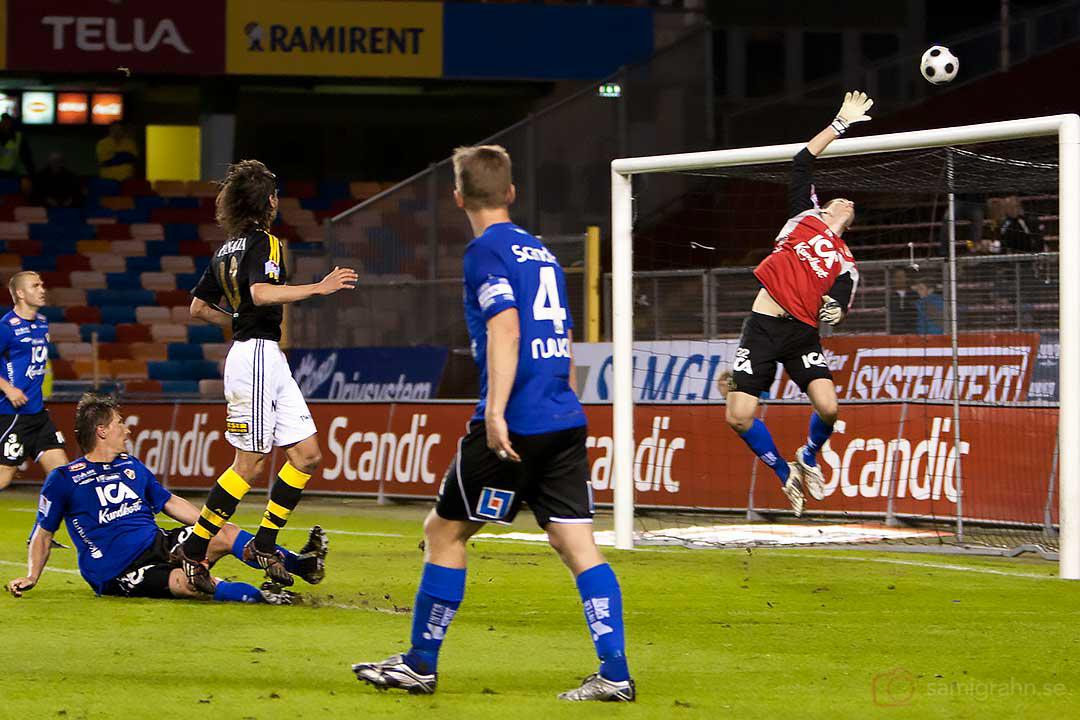 Halmstad Marcus Sahlman räddar skott från AIK Ivan Obolo