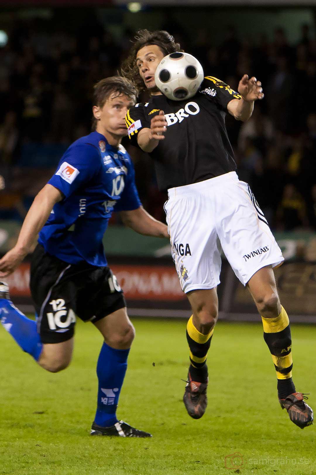 AIK Ivan Obolo bröstar ned bollen