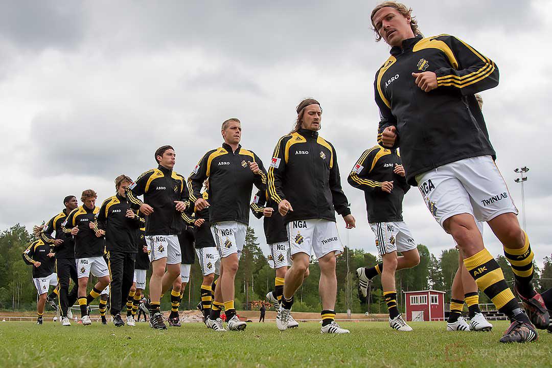 AIK:s lagkapten Daniel Tjernström leder uppvärmningen