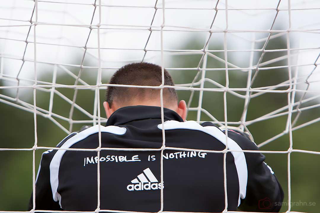 AIK målvakt Daniel Örlund når upp till nättaket