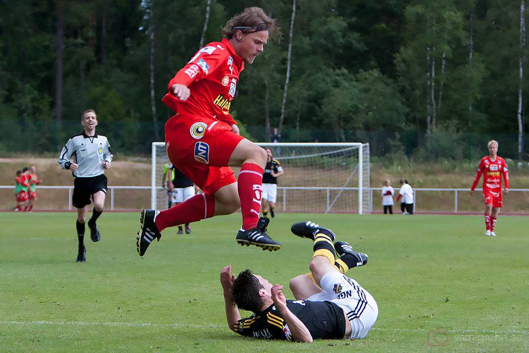 AIK Miran Burgic liggande på gräset