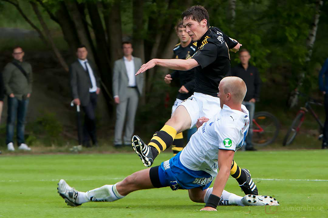 AIK Miran Burgic skjuter i mål
