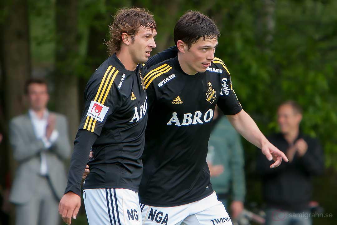 AIK Jorge Anchén gratulerar Miran Burgic till målet