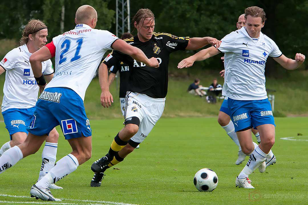 AIK Patrik Bojent passerar Norrköpings försvar