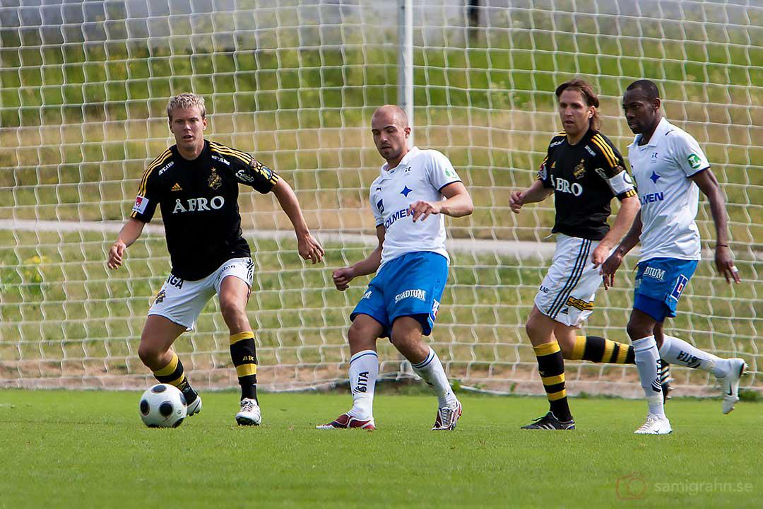AIK Per Karlsson och Nils-Eric Johansson håller rent