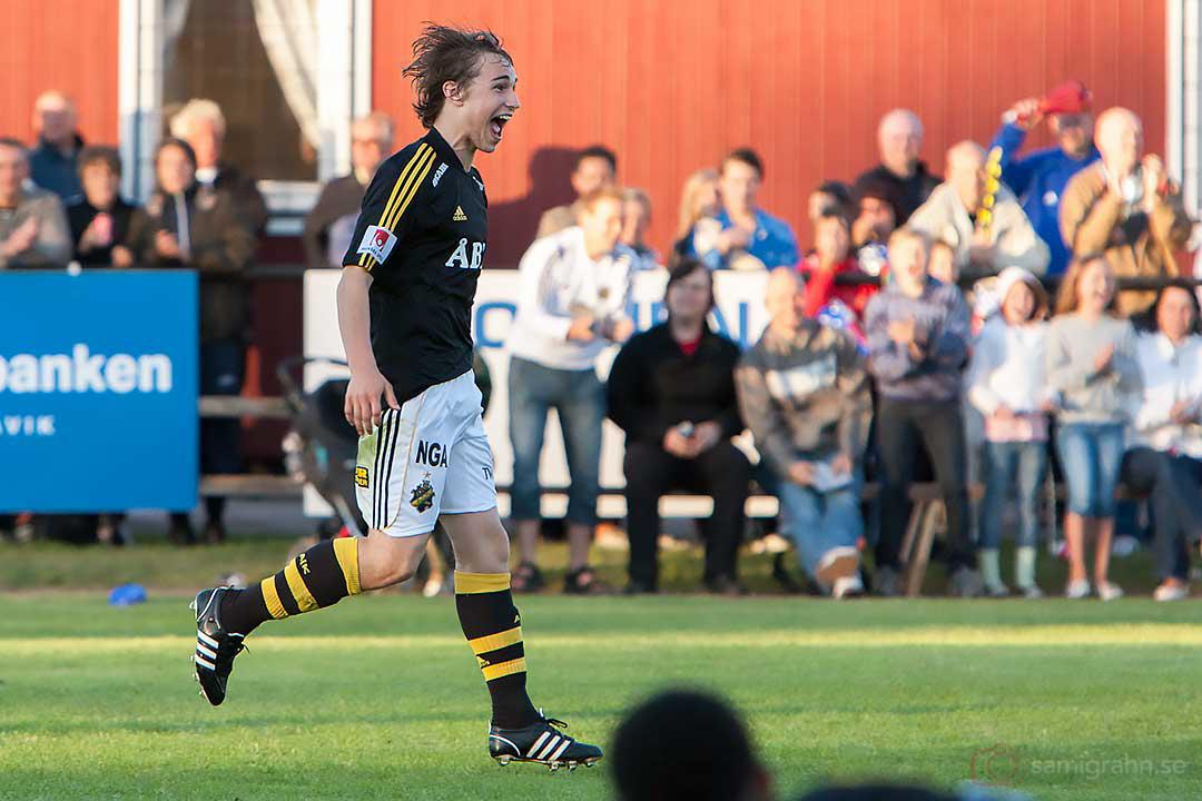 AIK Kevin Walker är glad efter sitt mål