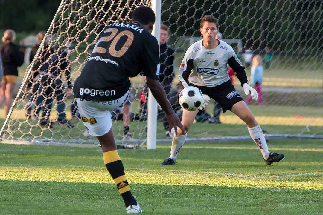 AIK Khari Stephenson avlossar skott mot Gefle Mattias Hugosson