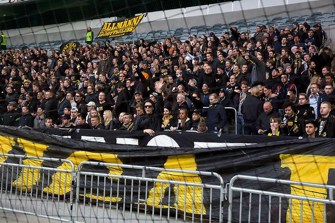 AIK-klacken bakom nät