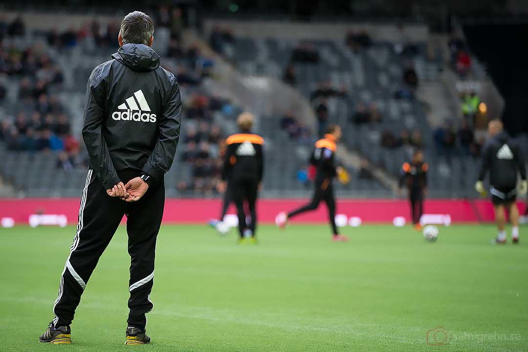 AIK tränare Nebojsa Novakovic övervakar uppvärmningen