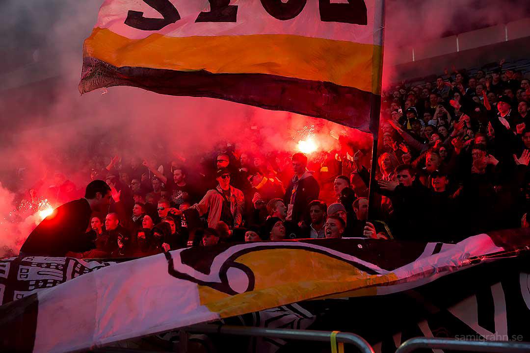 AIK-klacken med flaggor och bengaler