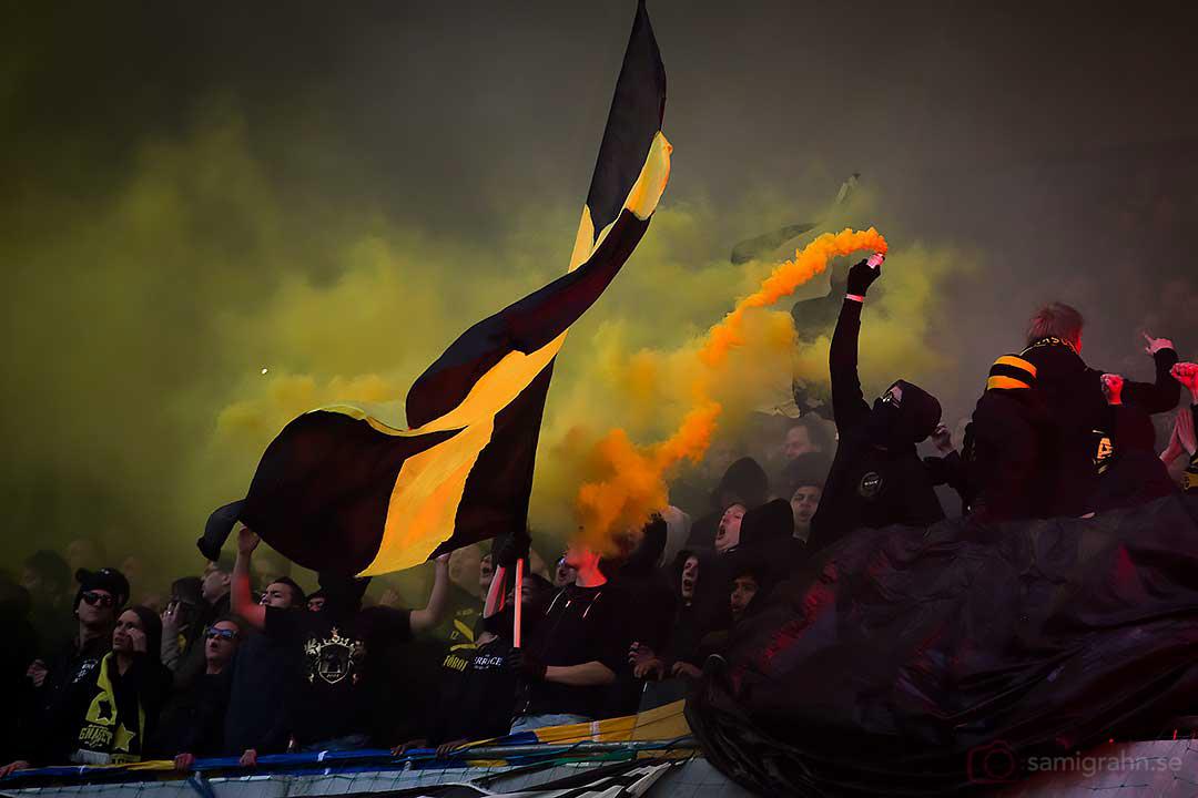 Gul rök från AIK-klacken