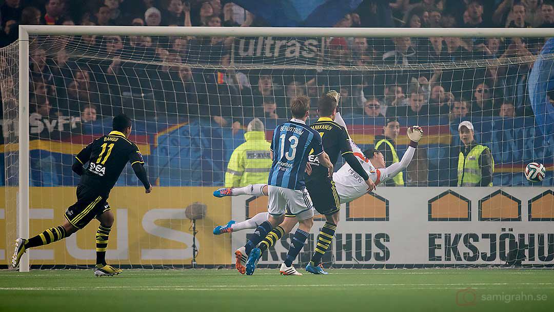 AIK Nabil Bahoui gör mål bakom DIF:s chanslöse målvakt Kenneth Höie
