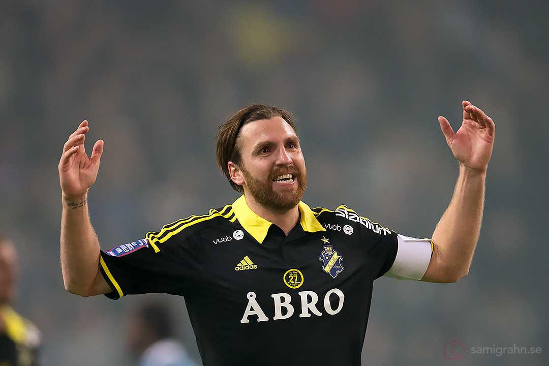 AIK:s lagkapten Nils-Eric Johansson är jublande glad
