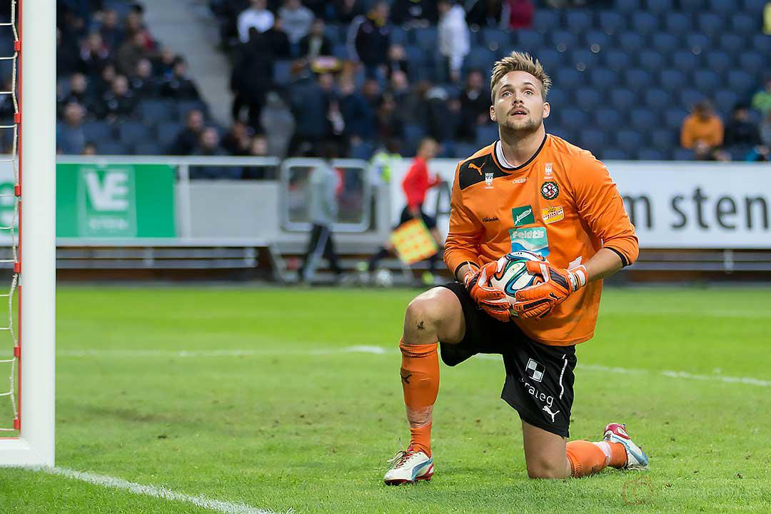 Örebro målvakt Oscar Jansson blickar uppåt